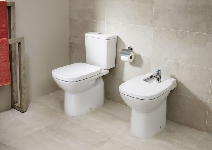 Vitreous china close coupled wc with horizontal outlet for Wc debba roca