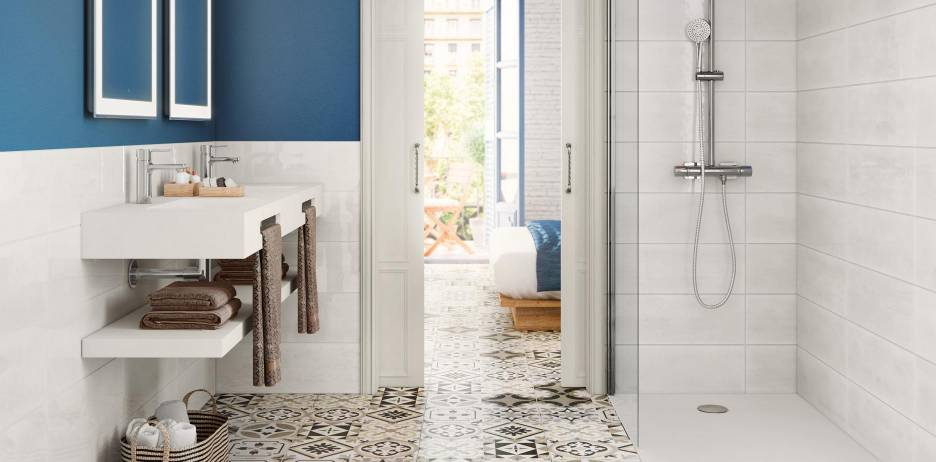 Bathroom decorated with Roca products and tiles